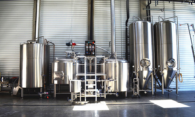 A set of 1000L brewery system including brewhouse, hot water tank and fermenters.